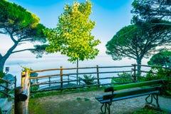 Оглушать место релаксации со стендом и чудесной панорамой, виллой Rufolo, Ravello, побережьем Амальфи стоковое изображение rf