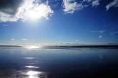 Оглушать отражение солнечного света на пляже в Нормандии стоковое изображение rf