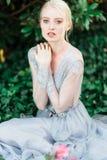 Оглушать портрет невесты в красивом голубом платье свадьбы на естественной предпосылке стоковое фото