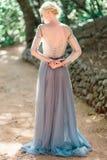 Оглушать портрет невесты задний в красивом платье свадьбы на естественной предпосылке стоковые изображения rf