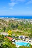 Оглушать прибрежный ландшафт в регионе Kyrenia киприота принятом в поздним летом Сельские дома и гостиничные комплексы стоковые фото