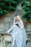 Оглушая невеста в красивом платье свадьбы на естественной предпосылке стоковые фото
