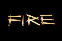 ` Огня ` сказало по буквам с спичками, от стороны Стоковые Изображения RF