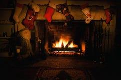 Огн-освещенный чулок повешенный над печной трубой Стоковая Фотография RF