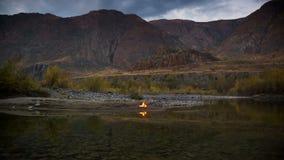 Огонь лагеря на речном береге видеоматериал
