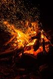 Огонь лагеря с искрами стоковое фото
