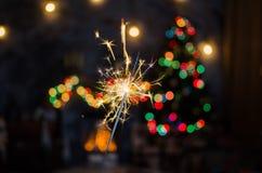 Огонь Бенгалии на предпосылке рождественской елки Стоковые Изображения RF