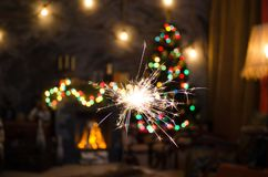 Огонь Бенгалии на предпосылке рождественской елки Стоковая Фотография RF