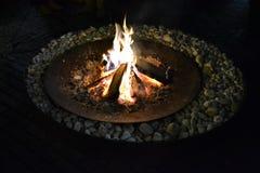 Огонь внутри старого внешнего круглого дна, сделанного блюда утюга большого стоковые изображения rf