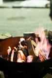 Огонь в камине и танце пламен Стоковая Фотография
