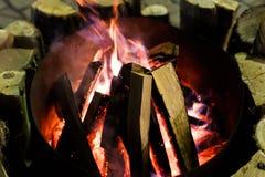 Огонь в камине и танце пламен Стоковые Фото