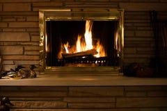 Огонь в камине с каменной каминной доской Стоковые Фотографии RF