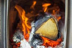 Огонь горит в плите, березовой древесине, сауне Стоковое Фото