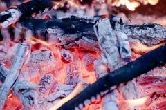 Огонь Горячие угли пламена стоковое изображение