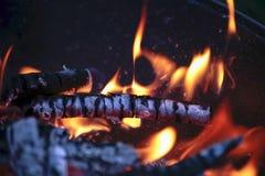 Огонь Горячие угли пламена стоковые изображения