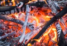 Огонь Горячие угли пламена стоковая фотография