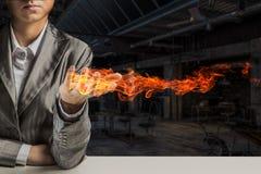 Огонь горя в ее руках Мультимедиа стоковые изображения