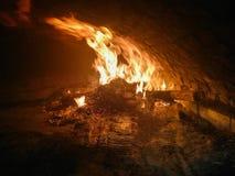Огонь горя в печи кирпича стоковые фото