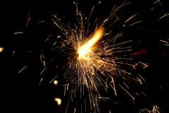 Огонь искрится от бенгальского огня, во время Нового Года или торжества стоковое изображение