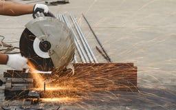 Огонь искр пока режущ сталь стоковое изображение rf