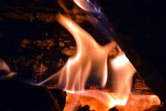 Огонь и горящая древесина, предпосылка пламен Стоковая Фотография RF