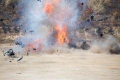 Огонь и движение автомобиля разделяют надутое далеко от investiga автомобильной бомбы Стоковые Изображения
