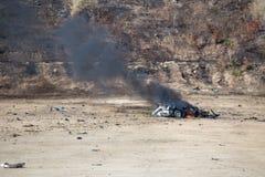 Огонь и движение автомобиля разделяют надутое далеко от investiga автомобильной бомбы Стоковые Фото