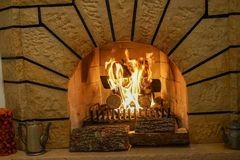 Огонь камина и камина, швырок Стоковая Фотография