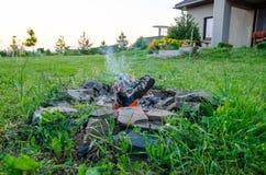 Огонь лагеря домом Стоковое Изображение