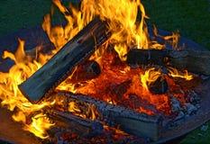 Огонь лагеря с пылая пламенами стоковые фотографии rf