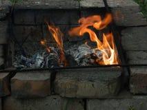 Огонь между кирпичами Стоковые Фотографии RF