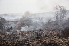 Огонь места захоронения отходов в Таиланде стоковые фотографии rf