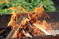 Огонь огня в гриле стоковые изображения rf