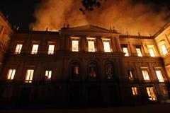 Огонь разрушает собрание и часть здания Nationa стоковые фотографии rf