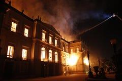 Огонь разрушает собрание и часть здания Nationa стоковое фото rf