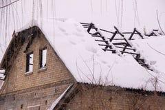 Огонь разрушенный домом был предусматриван с толстым слоем снега стоковые изображения rf