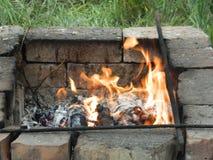 Огонь среди кирпичей Стоковые Фотографии RF