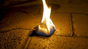 Огонь угля с древесиной на цементе Уголь огня на каменном поле Стоковая Фотография RF