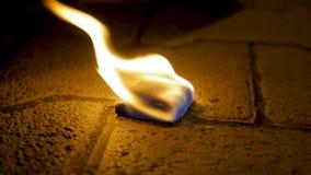 Огонь угля с древесиной на цементе Уголь огня на каменном поле Стоковое Изображение