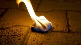 Огонь угля с древесиной на цементе Уголь огня на каменном поле Стоковые Изображения RF