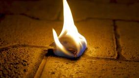 Огонь угля с древесиной на цементе Уголь огня на каменном поле Стоковое Изображение RF