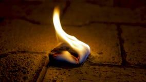 Огонь угля с древесиной на цементе Уголь огня на каменном поле Стоковые Фотографии RF