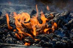 Огонь угля для BBQ с меньшим дымом Стоковые Изображения RF