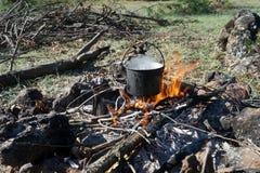 Огонь для того чтобы закипеть воду для чая Стоковая Фотография