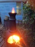 Огонь Chiminea горя в задворк стоковое фото rf