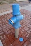 Огонь Hidrant Новый голубой жидкостный огнетушитель в улице Жидкостный огнетушитель для непредвиденного доступа огня Гидрант сине Стоковые Изображения RF