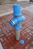 Огонь Hidrant Новый голубой жидкостный огнетушитель в улице Жидкостный огнетушитель для непредвиденного доступа огня Гидрант сине Стоковые Фотографии RF