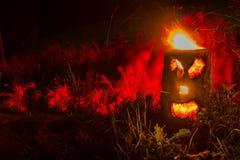 Огонь Schwedenfackel горящий с черной стороной предпосылки ночи, sparkeling и накалять, Finnenkerze стоковые изображения