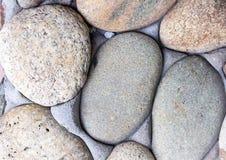 Огородите серый булыжник с частью цемента серии основания камня света стены круглых овальных камней стоковые изображения