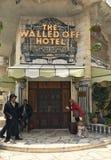 Огороженный с гостиницы, входа и швейцара Стоковые Фотографии RF